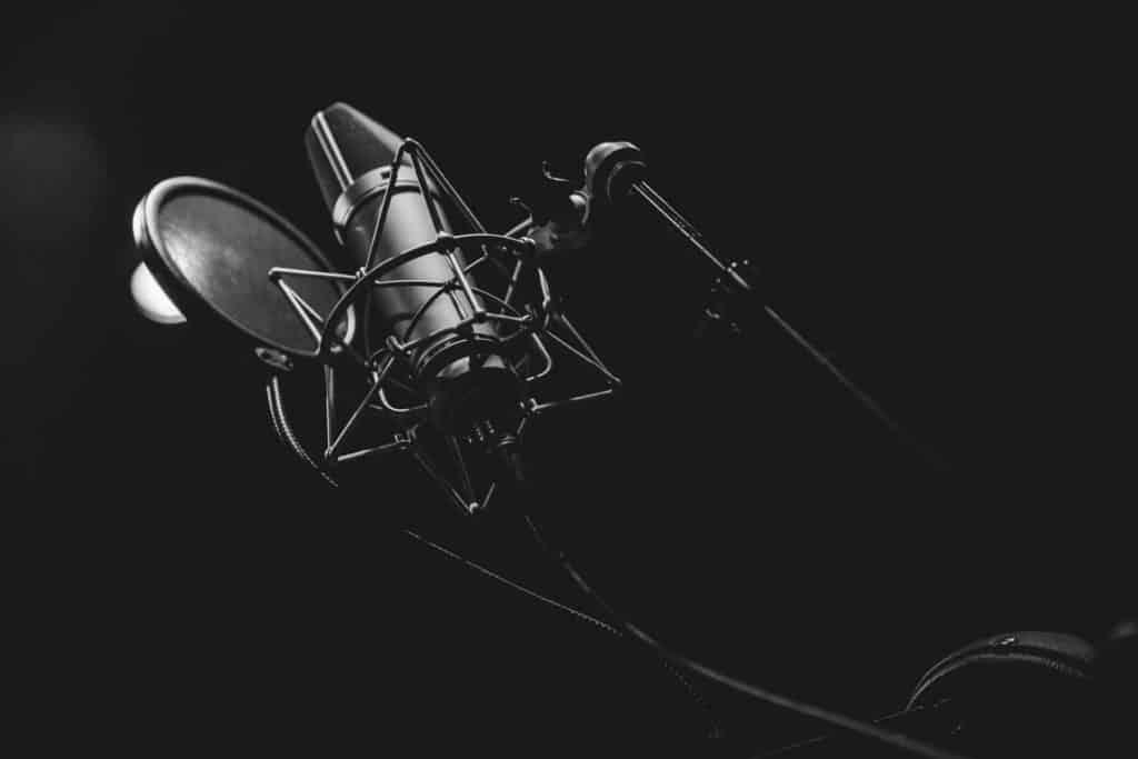 Aufgefanctes Mikrofon zum Aufnehmen eines Comedy-Podcasts