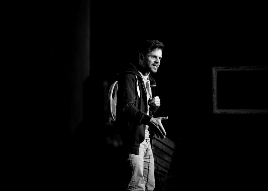 Comedian und Veranstalter Hans Thalhammer beim Crowdwork